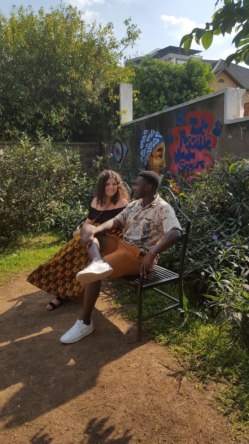 Felicemente su una panchina nel giardino della galleria d'arte Inema