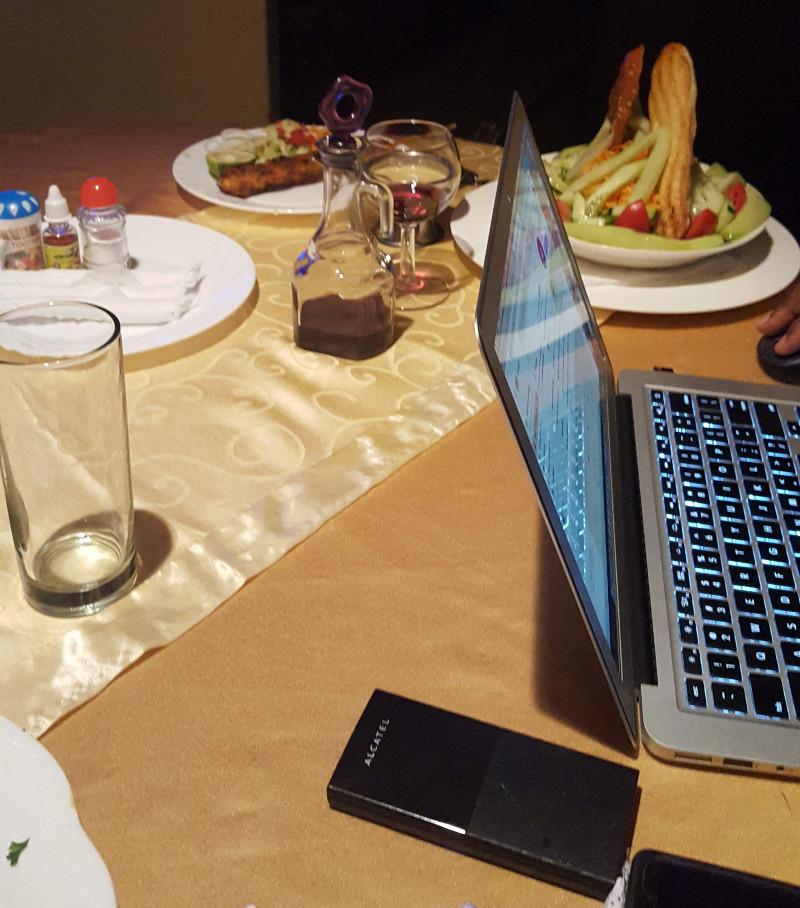 Anche a tavola si è continuato con i computer