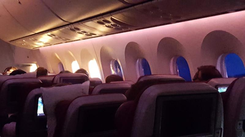 Il sorgere del sole dalle prime finestre dell'aereo mentre le altre cono ancora oscure